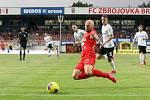 Domácí FC Zbrojovka Brno v červeném proti AC Sparta Praha.