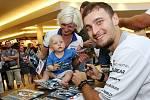 Karel Abraham s nejmenším fanouškem při podepisování na autogramiádě jezdců Moto GP v brněnské Vaňkovce.