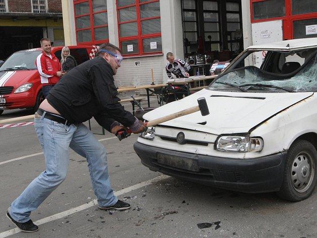Charitativní demolice auta v Brně.