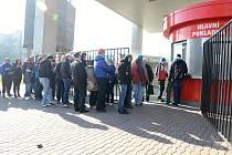 Lidé čekali na prodej lístků na čtvrtfinálový zápas Komety se Zlínem.