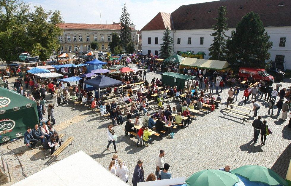 Česnekové slavnosti nenabídly jen pikantní pokrmy, ale i česnek z českých záhonů.