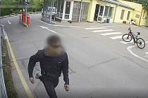 Hazardoval se svým životem i životem všech na silnici a kolem ní. Policisté minulý týden dopadli nebezpečně ujíždějícího motorkáře.