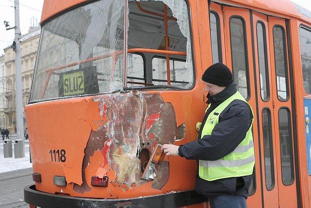 Hned dvakrát se popelářské auto v úterý ráno srazilo s tramvají číslo čtyři.