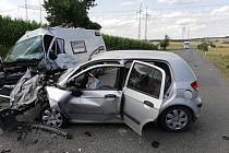 Osobní auto a dodávka havarovaly mezi Žatčanami a Újezdem u Brna.