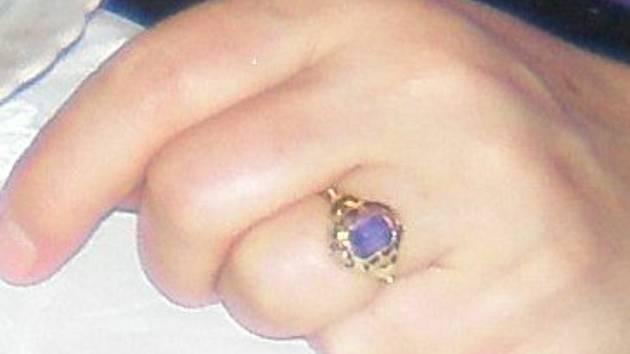 Pachatel ženě odcizil rodinné šperky. Policie prosí o pomoc s jejich hledáním.