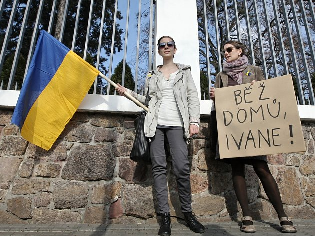 Přes sto lidí se sešlo v neděli odpoledne před Generálním konzulátem Ruské federace v brněnské ulici Hlinky.