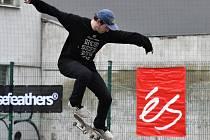Na dvacet závodníků v sobotu odpoledne poměřilo své dovednosti v jízdě na skateboardech.