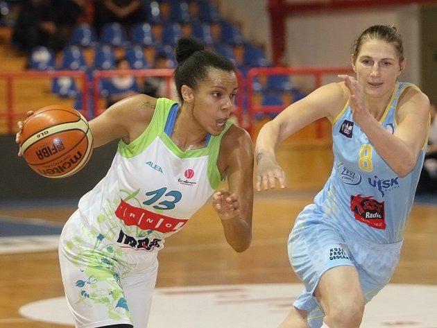 Basketbalistky brněnského Imosu (v bílém) podlehly pražskému USK 52:89.