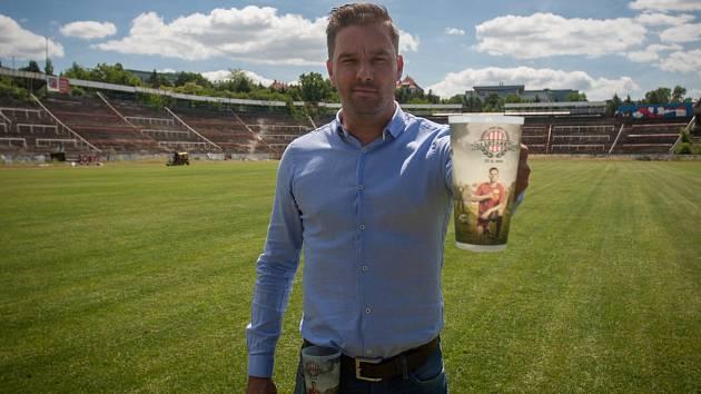 Fotbalista Petr Švancara pózuje se speciální limitovanou edicí kelímků. Jejich zakoupením na akci přispějí lidé i na stadion za Lužánkami.
