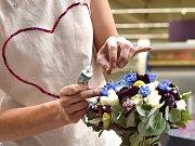Svatební rady nastávající nevěsty i jejich ženiši mohli získat v neděli v brněnském Nákupním centru Královo Pole. V čtyřhodinovém bloku s nimi organizátoři probrali a ukázali zdobení svatebních kytic nebo zkrášlování nevěst před jejich velkým dnem.