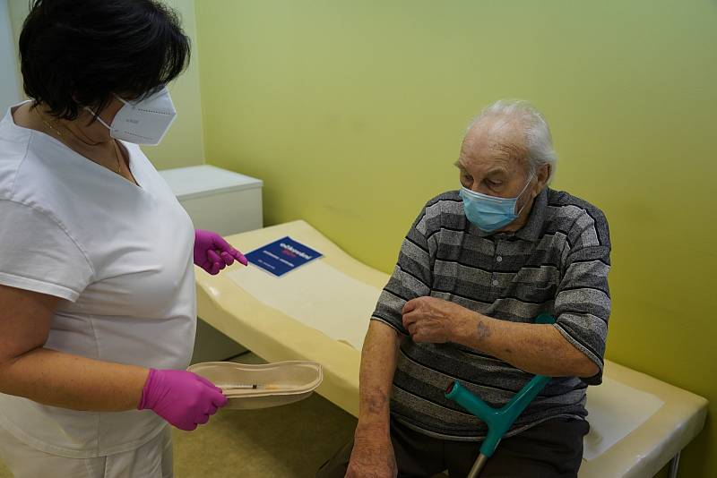 Pilotní místní očkování vakcínou proti Covid-19 v Těšanech na Brněnsku. Pro první dávku si přišli starší osmdesáti let do zdravotního střediska v obci, 20.ledna 2021.