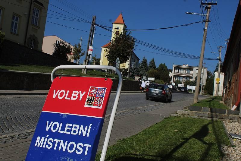 Začátek sněmovních voleb 2021 v Lovčicích.