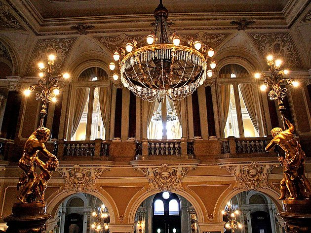 Mahenovo divadlo je prvním elektrifikovaným divadlem v Evropě. Vynálezce žárovky Thomas Alva Edison si v roce 1882 přijel do města prohlédnout osvětlení, které dělala jeho firma.