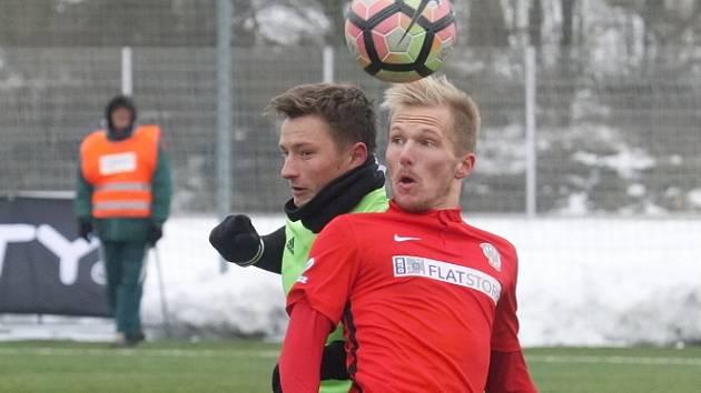Začátek vypadal bojácně, ale pak se Zbrojovka (v červeném) zvedla a vypracovala si velké šance. Ujala se z nich jedna a brněnští fotbalisté v dalším přípravném utkání remizovali se slovenským Spartakem Trnava 1:1.