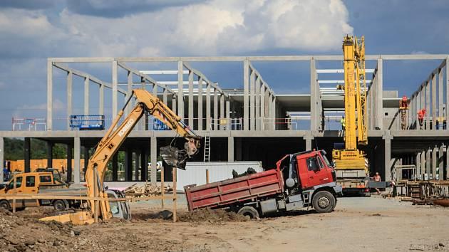 """""""Mohu potvrdit, že zde stavíme nový Möbelix společně s XXX-Lutz,"""" sdělil za společnost Lutz Jiří Šulc. Do oblasti, kde již nyní působí prodejny nábytku Sconto a Ikea, tak přibude nová konkurence."""