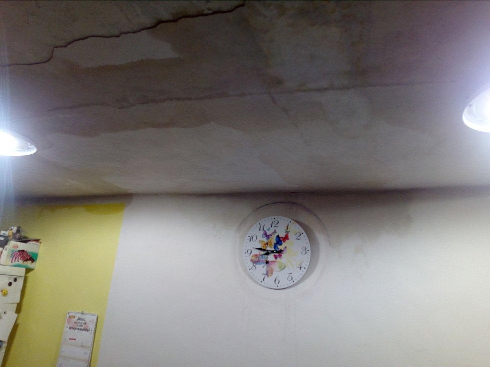 Škodu za zhruba 200 tisíc korun napáchala sobotní bouřka rodině z Velké Roudky na Blanensku. Voda jim natekla do domu přes nedokončenou střechu a poničila jak stropy, tak některé elektrospotřebiče.