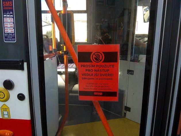 Pro nástup a výstup cestující nemohou využít vtrolejbusech vBrně dveře uřidiče. Zároveň je omezený přístup ke kabině řidiče. Jedná se oopatření kvůli koronaviru.