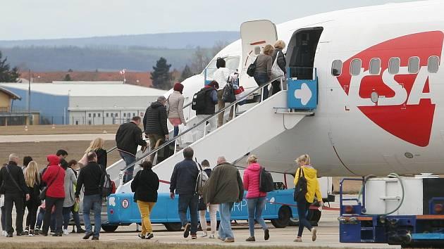 Přílet letadla z Bergama v Itálii na brněnské letiště.