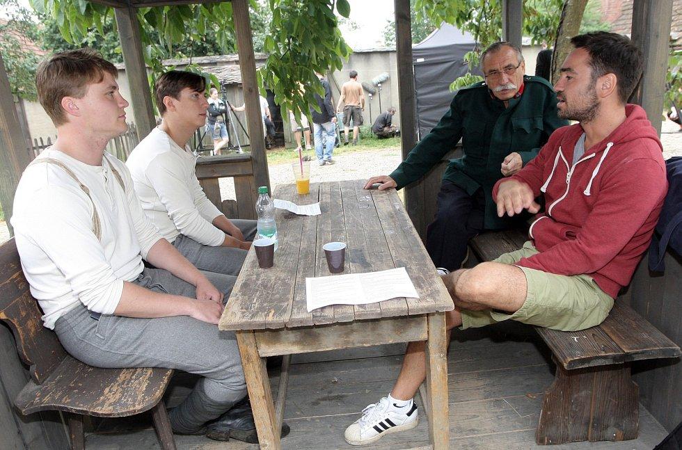 Štáb brněnského studia České televize pod vedením režiséra Bisera A. Arichteva natáčí ve vesnici Lesní Hluboké u Velké Bíteše.
