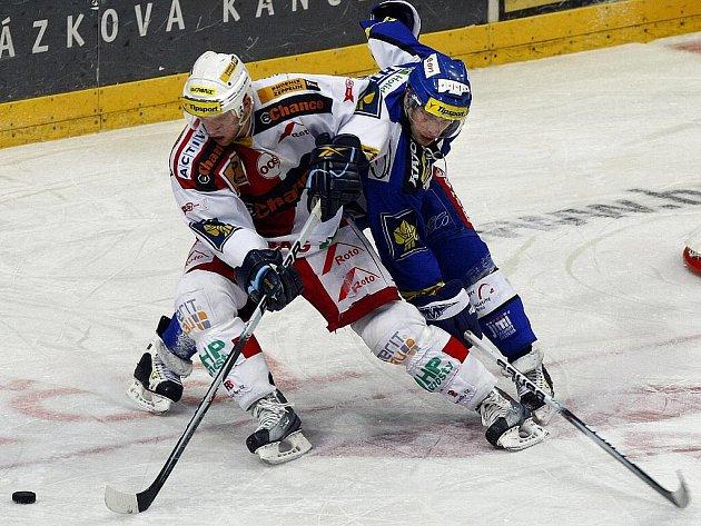 Utkání 26. kola hokejové Tipsport extraligy mezi celky HC Slavia Praha a HC Kometa Brno hrané 30. listopadu 2010 v pražské O2 areně. Tomáš Pospíšil ze Slavie (vlevo) a Ondřej Veselý z Brna (vpravo).