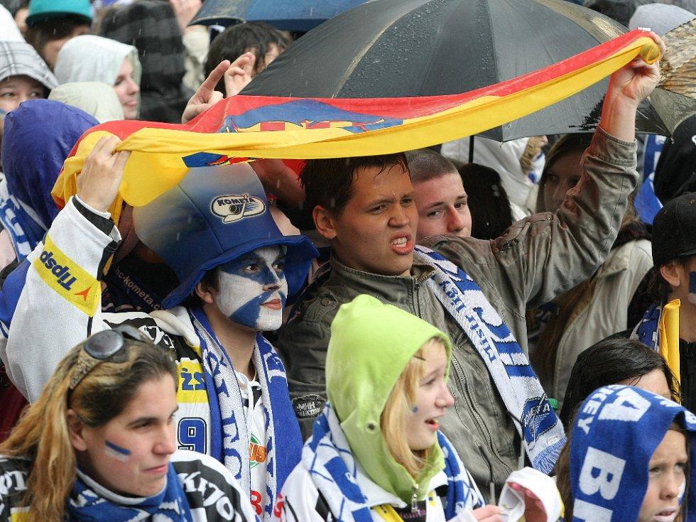Na náměstí Svobody fandily Kometě tisíce Brňanů s modrobílými šálami a dresy svého oblíbeného klubu.
