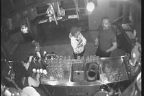 Záznam z průmyslové kamery, na kterém je útočník vidět.