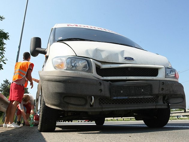 Dopravu na tahu z Pohořelic do Brna ve čtvrtek ráno omezila nehoda dvou dodávek a osobního auta.