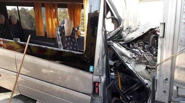 Nehoda mikrobusu a kamionu na D1
