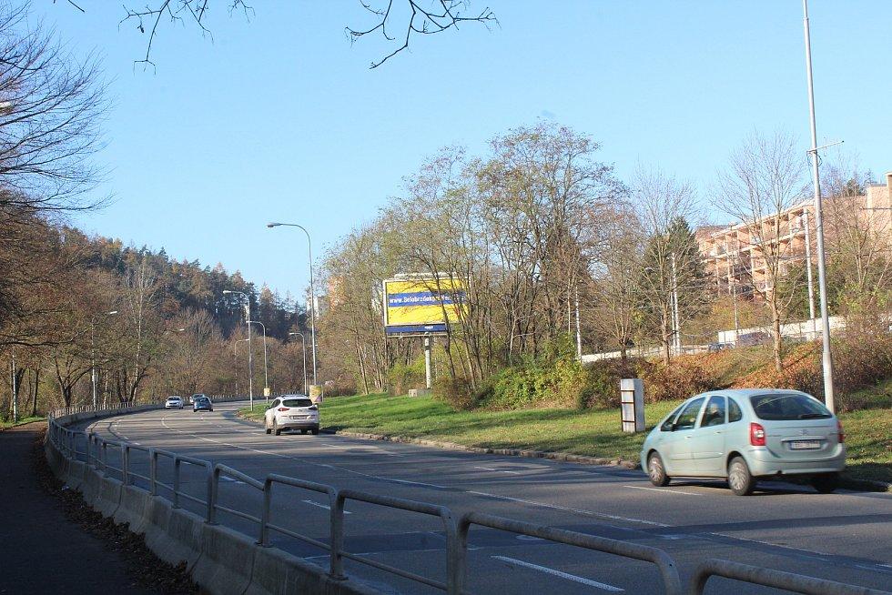 Billboardy v ulici Kníničská v městské části Brno-Komín. Zdroj: Deník.