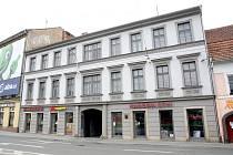 Empírový pavlačový dům s byty a komerčními prostory směřujícími do náměstí. Dům postavil ve 30. letech 19. století spolu se svým otcem Jan Křtitel Rudiš.