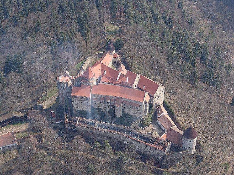 Letecký snímek hořícího hradu Pernštejn.