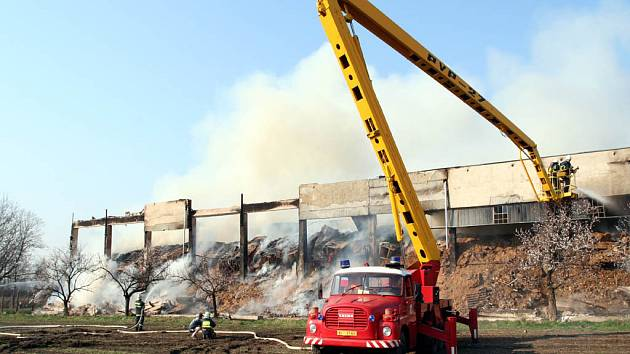 Téměř dva tisíce tun briket lehlo popelem.
