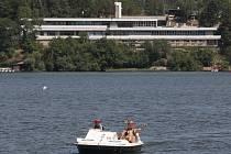 V úmorných vedrech lidé zaplnili břehy Brněnské přehrady. Sucho její vodě paradoxně svědčí. Sinice se tam nemnoží.