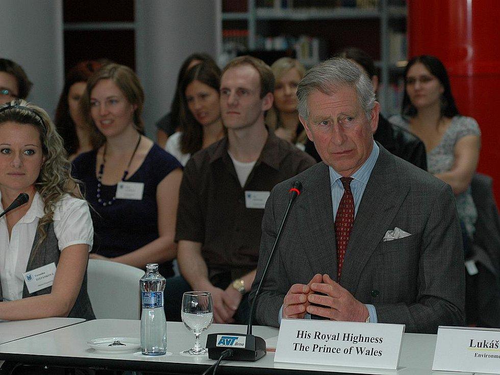Princ Charles diskutuje s brněnskými studenty.