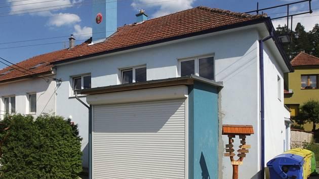 Za téměř čtyři sta tisíc korun zrekonstruovali v Senticích požární zbrojnici. Nově mají místní hasiči třeba novou kuchyňku, záchody nebo opravené schodiště.