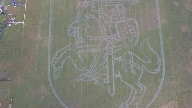 Obrovský rytíř na koni se objevil v létě na dvacetihektarovém poli nedaleko litevského města Panevėžys. Malbu vytvořil traktor z líšeňské výrobny Zetor. Rekordní obrazec vznikl pomocí systému automatického řízení.