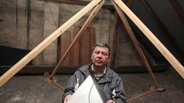 Jan Zach se svými pyramidami.