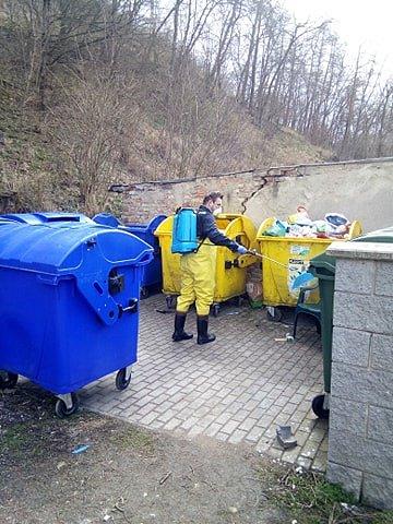 Dobrovolní hasiči z Bílovic nad Svitavou zásobují místní seniory nákupy, rozváží roušky a dezinfikují veřejná místa v obci.