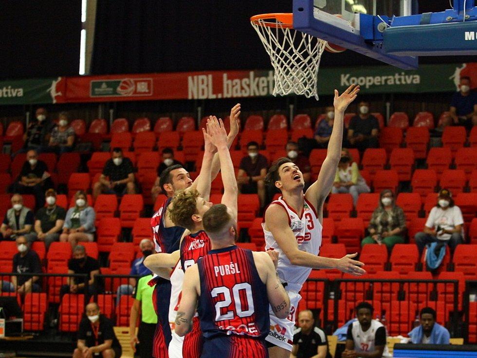 Z basketbalového utkání play off Kooperativa NBL Nymburk - Brno (85:64).