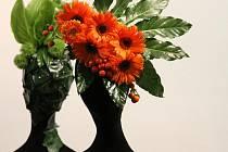 SPOJENÍ KVĚTIN A MÓDY. Floristická výstava v letohrádku Mitrovských nabídne netradiční aranžmá květin.