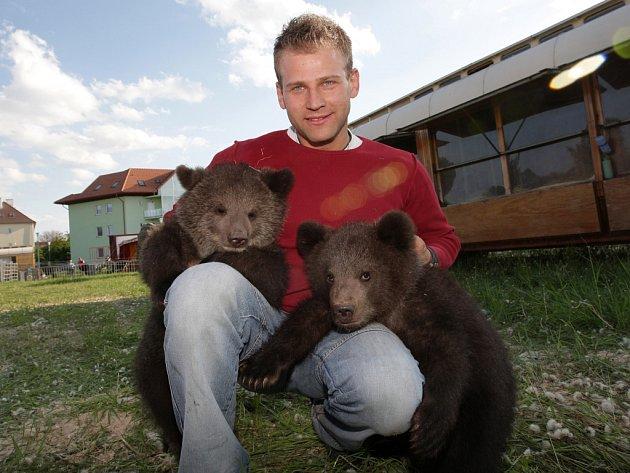 Jiří Berousek je na tříměsíční medvíďata Lady a Valoše pyšný.