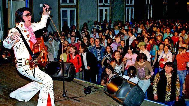 Noc v muzeu. Minulý rok doplnilo Muzejní noc  v Místodržitelském paláci v Brně i vystoupení Elvise Presleyho.