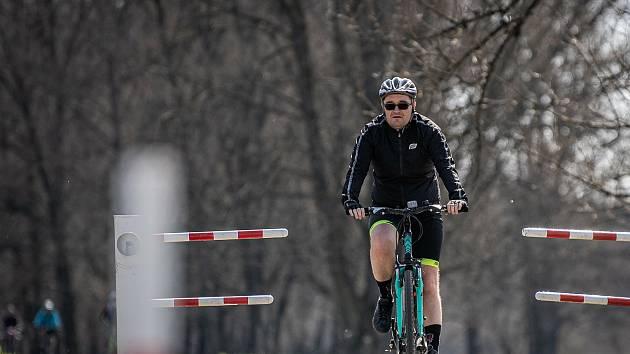 Někteří raději využívají cyklostezky.