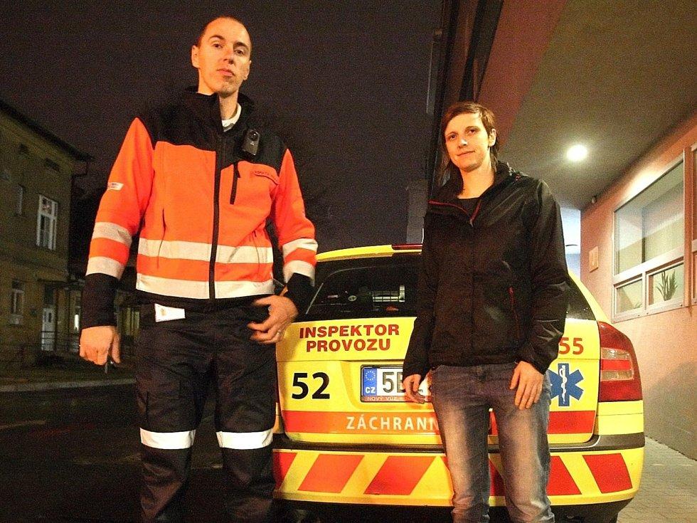 Redaktorka Deníku Rovnost Lenka Grabcová (vpravo) si vyzkoušela v seriálu Na den (s) práci inspektora provozu záchranářů s jedním z nich - Vladimírem Husárkem (vlevo).