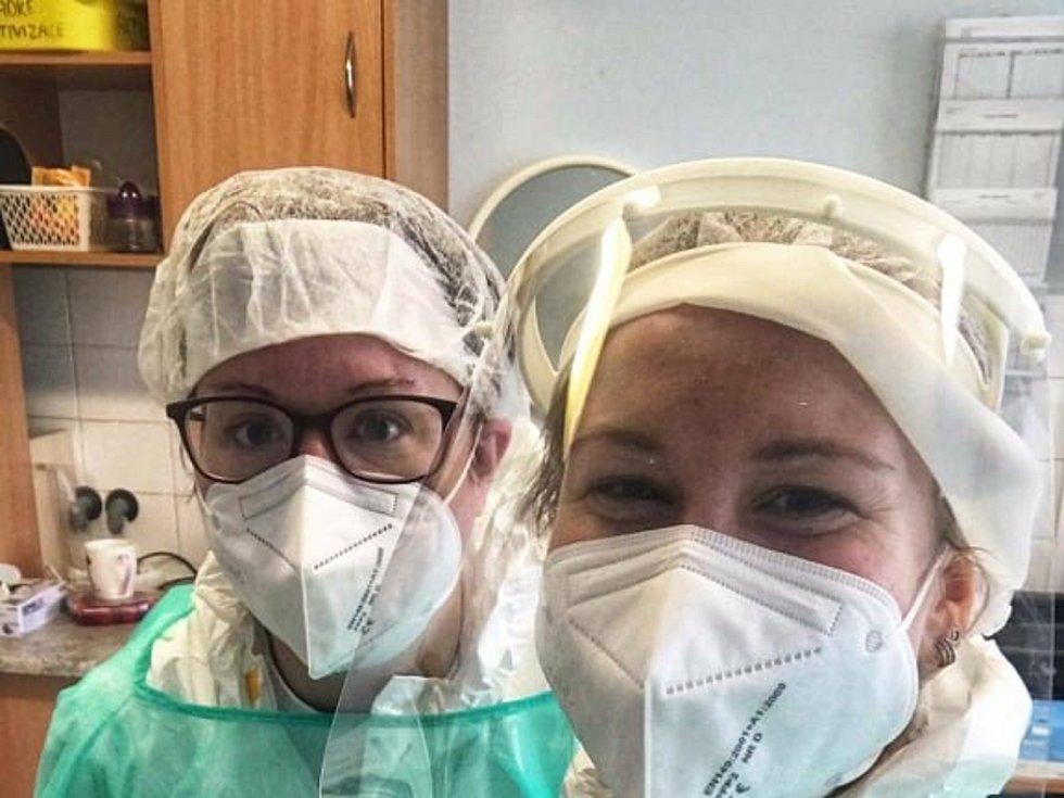 Hanka Fialová (vlevo) pomáhala jako dobrovolnice v břeclavském domově důchodců.