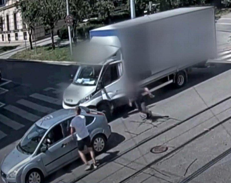 Řidič dodávky si to nenechal líbit a vyběhl na svého soka.
