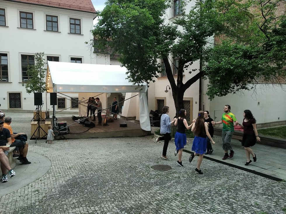 Brňané si po celé léto vyberou z řady hudebních, tanečních, divadelních akcí i workshopů. Foto: Uprostřed
