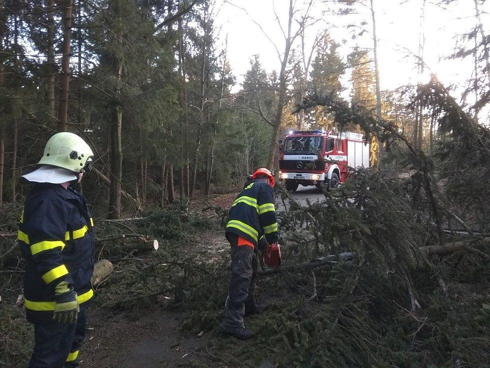 Hasiči z Kuniček likvidují škody po orkánu Sabine.