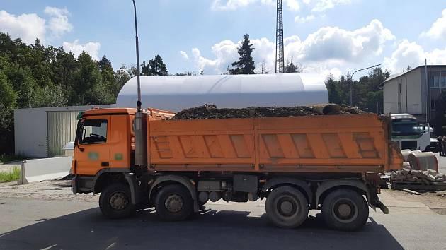 Policisté upozorňují na přetížené kamiony.