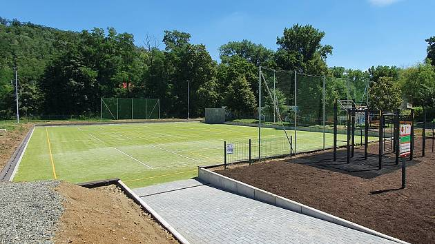 Volejbal i venkovní posilovna. V Dolních Kounicích otevřeli nový sportovní areál